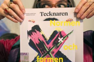 Foto: Jenny Gustafsson Omslag Tecknaren 1602: Parasto Backman, fotograferad av Carola Björk, med affischen för X som hon formgivit för Unga Klara. Art direction och formgivning: Spektra