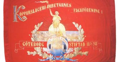 Göteborgs Kopparslageriarbetares fana från 1900, som pryds av internationalismens socialistiska frihetsgudinna, framför en soluppgång, på en jordglob. Foto: Claes Jansson